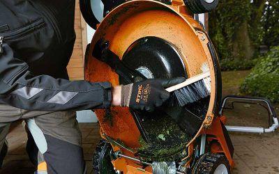 Bevor er in den Winterschlaf geht, wird der Rasenmäher gründlich gesäubert und geölt.